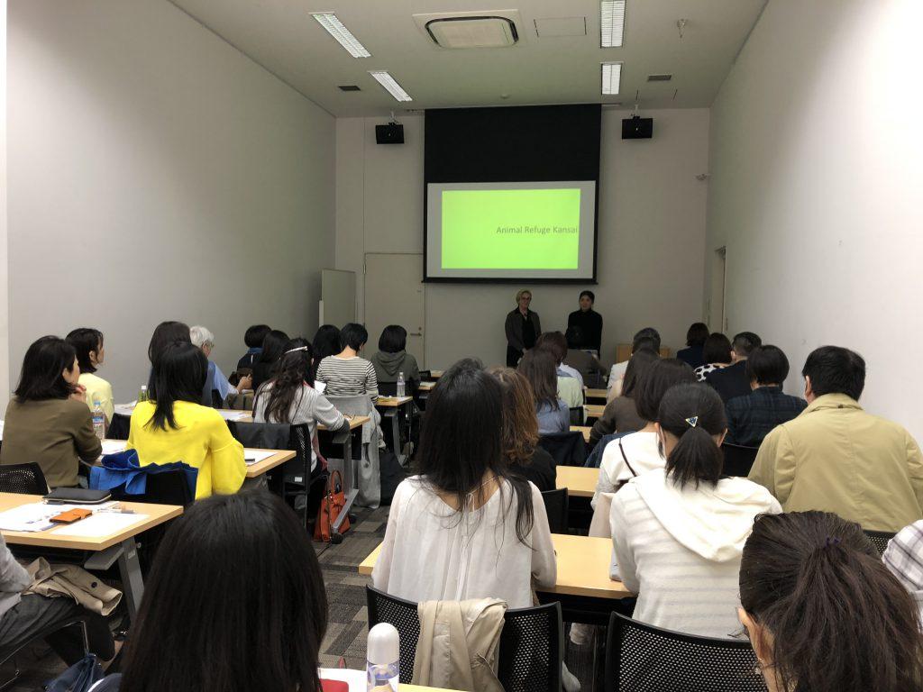 講師の岡本ジュリー理事と中野真智子さん(認定NPO法人アニマルレフュージ関西)